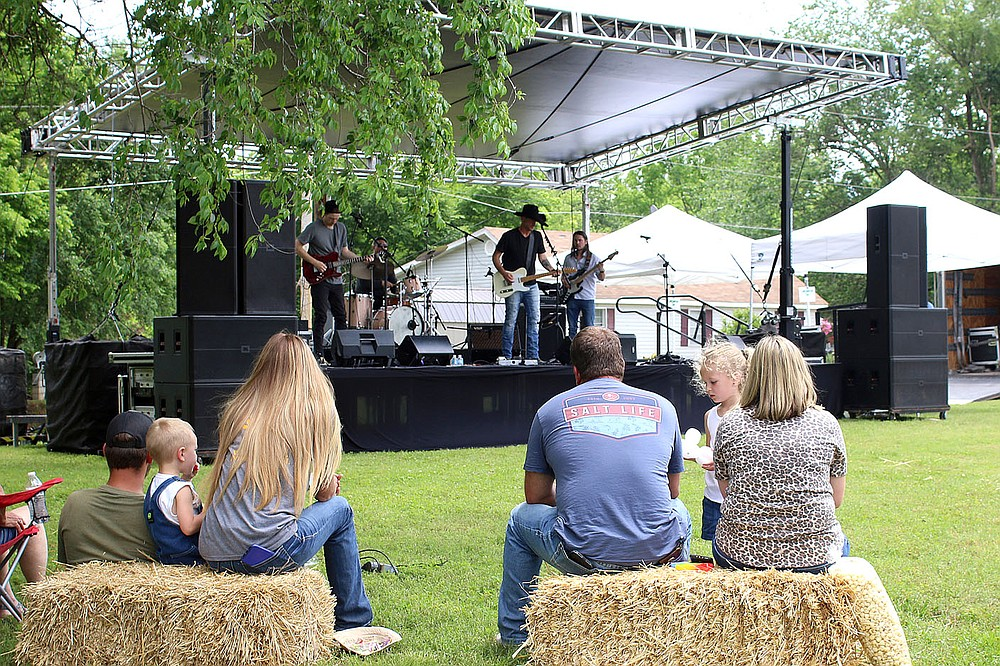 MEGAN DAVIS/MCDONALD COUNTY PRESS The Jason Young Band entertained with variety of originals and classic country covers. The ensemble recently collaborated with Cross Canadian Ragweed and the crowd was privy to some of their newest work as Cross Rags and Young.
