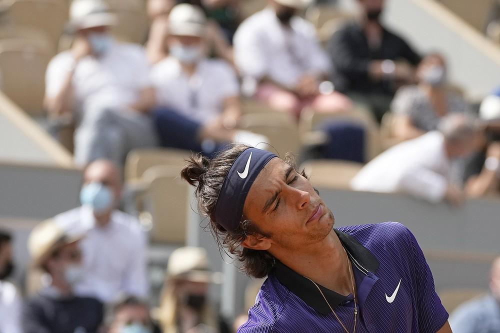 La reazione dell'italiano Lorenzo Mussetti è arrivata dopo aver perso un punto contro il serbo Novak Djokovic durante la partita del quarto turno del nono giorno degli Open di Francia al Roland Garros di Parigi, in Francia, lunedì 7 giugno 2021 (AP Photo/Michel Euler)