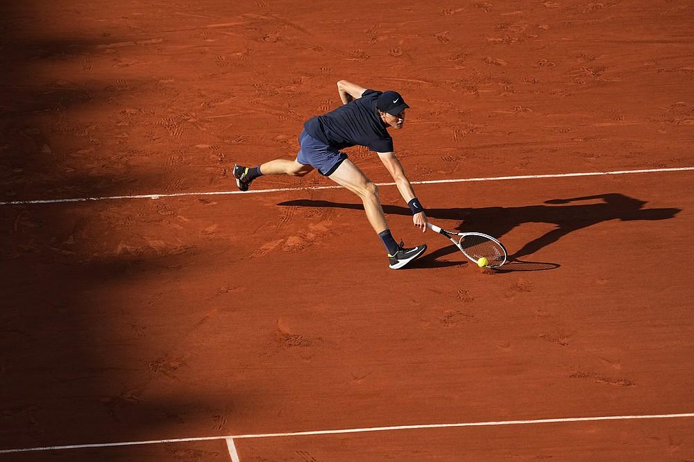 L'italiano Yannick Sener gioca contro lo spagnolo Rafael Nadal durante la sua partita del quarto turno il giorno 9 del torneo di tennis Open di Francia al Roland Garros di Parigi, Francia, lunedì 7 giugno 2021 (AP Photo/Michel Euler)