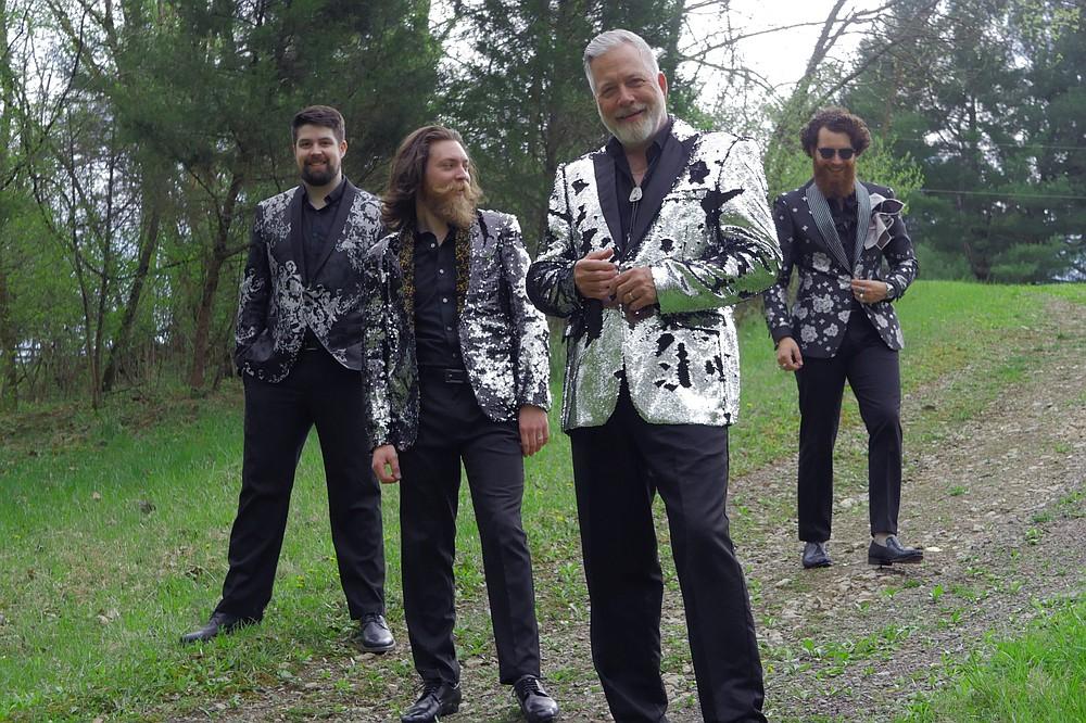 Gary Brewer y los Kentucky Ramblers - (desde la izquierda) Cody Pearman, Wayne Brewer, Gary Brewer, Mason Brewer - actúan para Bluegrass el lunes en el Paragould's Collins Theatre.  (Especial para Democrat-Gazette)
