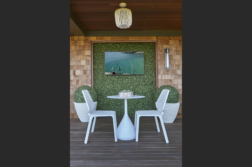 An outdoor table and chairs can function as make-shift desk. (Anastassios Mentis/Melanie Roy Design via AP)
