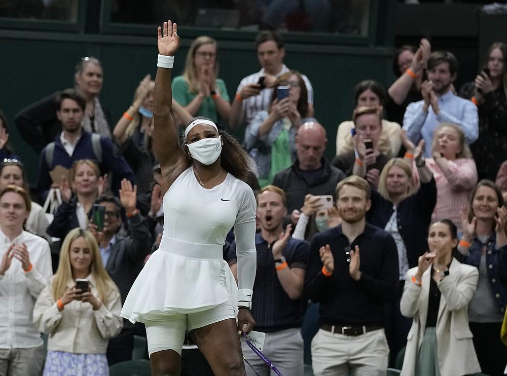 Surferul american Serena Williams părăsește terenul după ce s-a retras pentru primul său meci feminin de simplu împotriva Belarusului Alexandra Sasnovich în ziua a doua a Campionatelor de tenis de la Wimbledon de la Londra, marți, 29 iunie 2021 (Foto AP / Kirsty Wigglesworth)