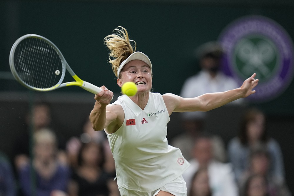 Aleksandra Sasnovich din Belarus o joacă pe Serena Williams din SUA în meciul din primul tur feminin la prima rundă în ziua a doua a Campionatelor de tenis de la Wimbledon din Londra, marți, 29 iunie 2021 (Foto AP / Kirsty Wigglesworth)