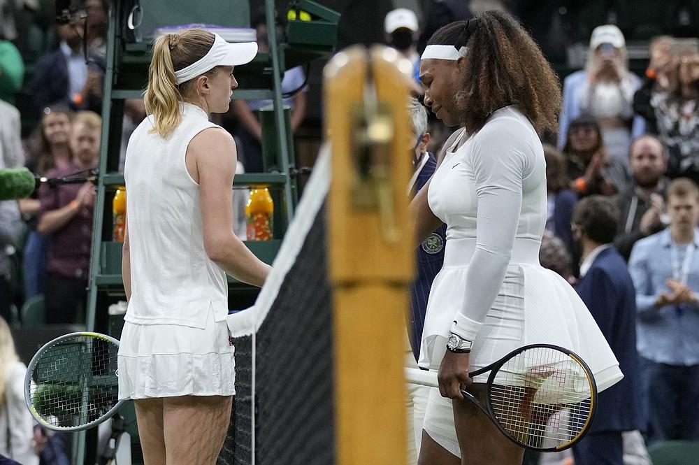 Americanul Serena Williams este întâmpinat de bielorusa Alexandra Sasnovich, care a rămas, la plasă, după ce s-a retras din meciul din prima rundă la feminin la Ziua a doua a Campionatelor de tenis de la Wimbledon din Londra, marți, 29 iunie 2021 (Foto AP / Kirsty Wigglesworth)