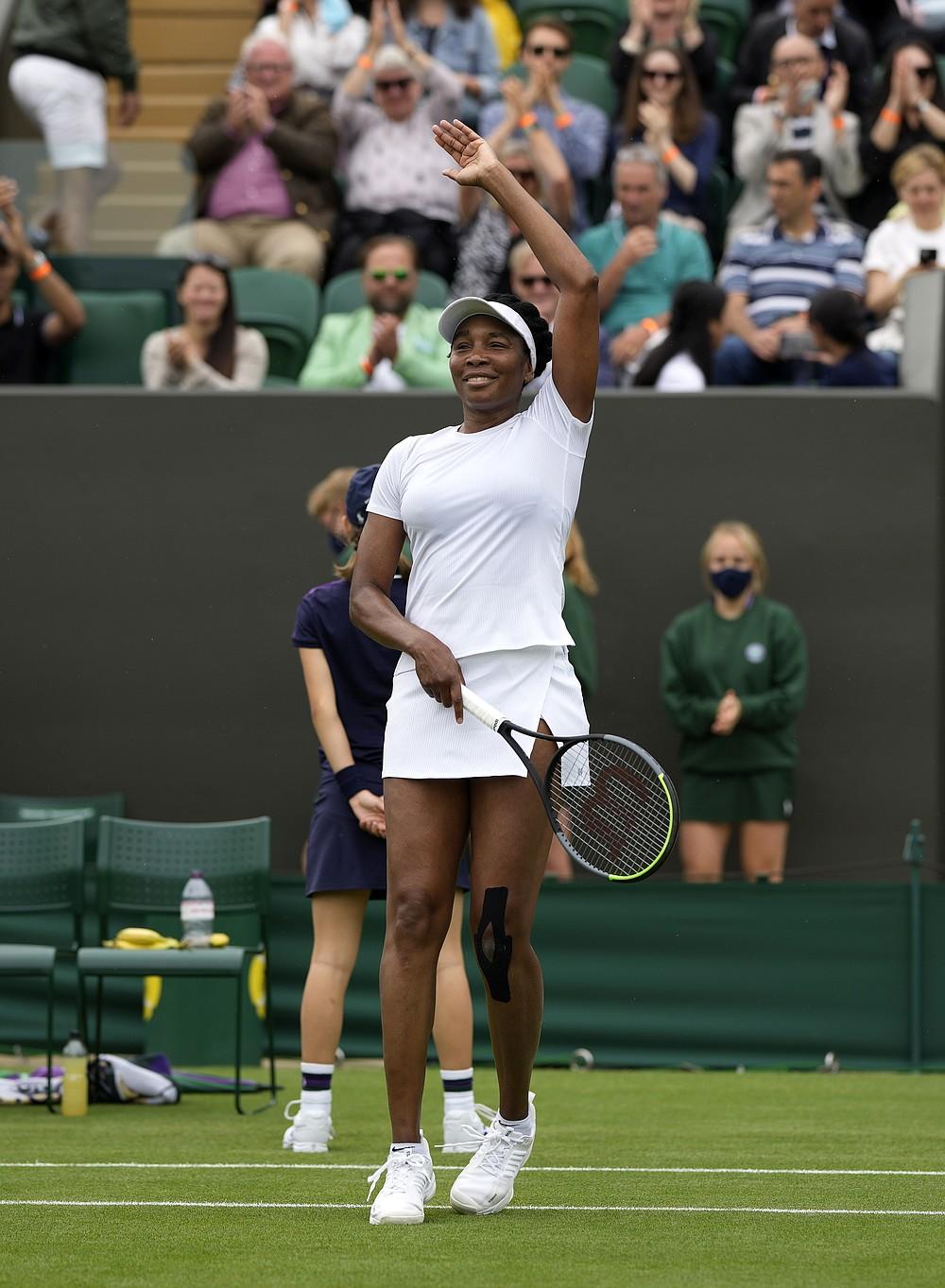 Americanul Venus Williams sărbătorește câștigarea meciului din prima rundă la feminin la Mihaela Buzarnescu în ziua a doua a Campionatelor de tenis de la Wimbledon de la Londra, marți, 29 iunie 2021 (Foto AP / Alastair Grant)