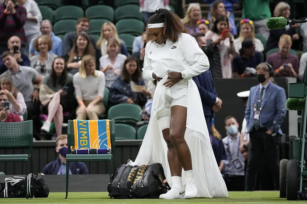 Americanul Serena Williams intră pe terenul central pentru meciul din prima rundă feminin la feminin împotriva Aleksandra Sasnovich din Belarus în ziua a doua a Campionatelor de tenis de la Wimbledon de la Londra, marți, 29 iunie 2021 (Foto AP / Kirsty Wigglesworth)