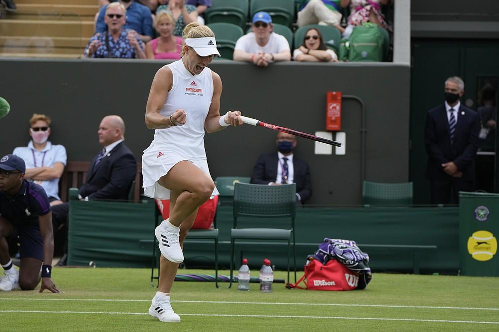 Анжелика Кербер из Германии радуется во время матча второго круга женского одиночного разряда против испанки Сары Соррибес Тормо в четвёртый день Уимблдонского чемпионата по теннису в Лондоне, в четверг, 1 июля 2021 г. (AP Photo / Alastair Grant)