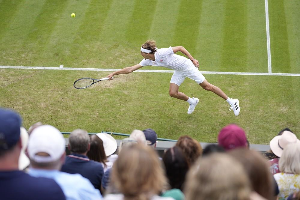 Немецкий теннисист Александр Зверев играет в матче-реванше за американский теннисист Сандгрен во время матча второго круга мужского одиночного разряда во втором круге Уимблдонского чемпионата по теннису в Лондоне, в четверг, 1 июля 2021 г. (AP Photo / Kirsty Wigglesworth)