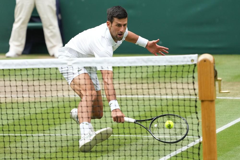 Serbski Novak Djokovic zagra podczas meczu ćwierćfinałowego singla mężczyzn z węgierskim Martonem Fucsovicsem w dziewiątym dniu Wimbledon Tennis Championships w Londynie, środa, 7 lipca 2021 r. (AP Photo / Alberto Pezzali)