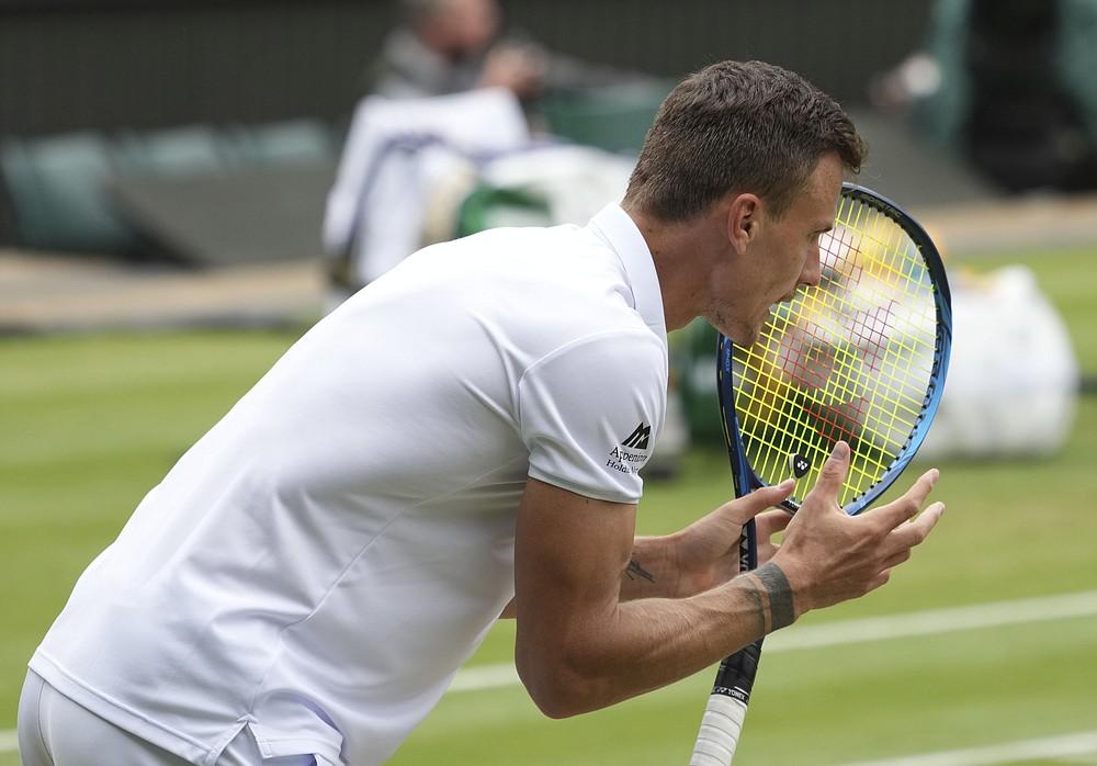 Węgier Marton Fucsovics świętuje zdobycie punktu w ćwierćfinale singla mężczyzn z Serbem Novakiem Djokoviciem w dziewiątym dniu Wimbledon Tennis Championships w Londynie, środa, 7 lipca 2021 r.  (Zdjęcie AP / Alberto Pezzali)