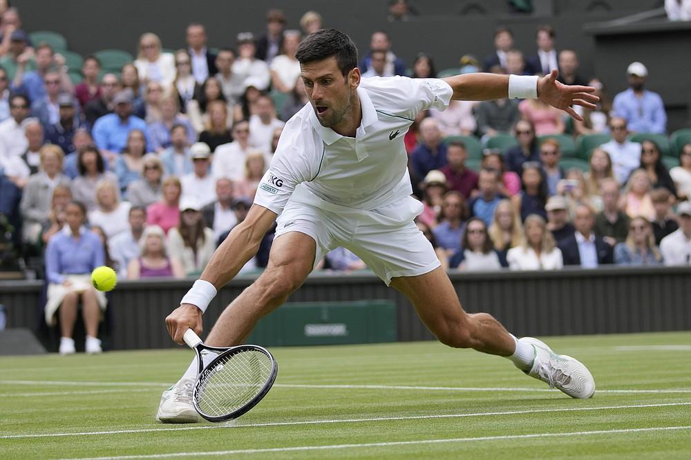 Serbski Novak Djokovic powróci do węgierskiego Martona Fucsovicsa podczas meczu ćwierćfinałowego singla mężczyzn w dziewiątym dniu Wimbledon Tennis Championships w Londynie, 7 lipca 2021 r. (AP Photo / Kirsty Wigglesworth)