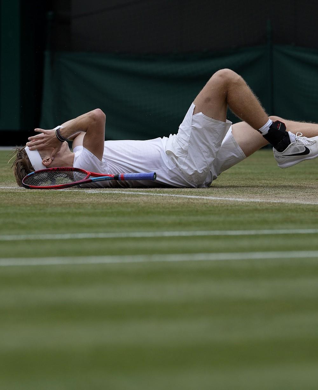 Kanadyjczyk Denis Shapovalov świętuje pokonanie Rosjanki Karen Khachanov podczas ćwierćfinału singla mężczyzn w dziewiątym dniu Wimbledonu Tennis Championships w Londynie, środa, 7 lipca 2021 r. (AP Photo / Alastair Grant)