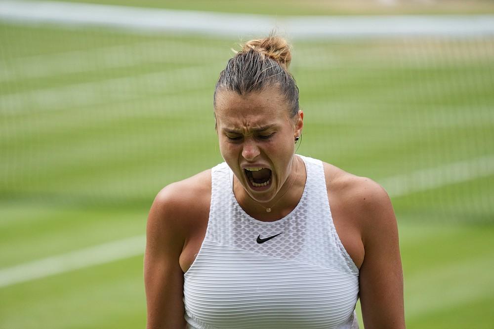 Aryna Sabalenka aus Weißrussland reagiert nach einem Punktverlust gegen die Tschechin Karolina Pliskova während des Halbfinalspiels im Dameneinzel am 10. Tag der Wimbledon Tennis Championships in London, Donnerstag, 8. Juli 2021 (AP Photo/Alberto Pezzali)