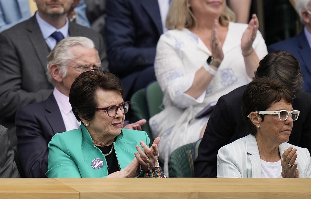 Der ehemalige Tennisstar Billie Jean King (links) sieht sich das Halbfinalspiel im Dameneinzel zwischen der Deutschen Angelique Kerber und der Australierin Ashleigh Barty am 10. Tag der Wimbledon Tennis Championships in London am Donnerstag, 8. Juli 2021 (AP Photo/Kirsty Wigglesworth) an.