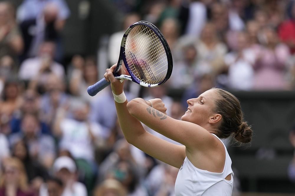 Tschechien Karolina Pliskova feiert nach dem Sieg über Aryna Sabalenka aus Weißrussland im Halbfinale des Dameneinzels am 10. Tag der Wimbledon Tennis Championships in London, Donnerstag, 8. Juli 2021 (AP Photo/Kirsty Wigglesworth)