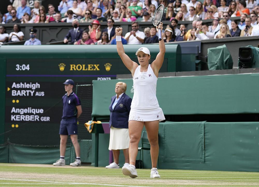 Die Australierin Ashleigh Barty feiert den Sieg über die Deutsche Angelique Kerber im Halbfinale des Dameneinzels am 10. Tag der Wimbledon Tennis Championships in London, Donnerstag, 8. Juli 2021 (AP Photo/Kirsty Wigglesworth)