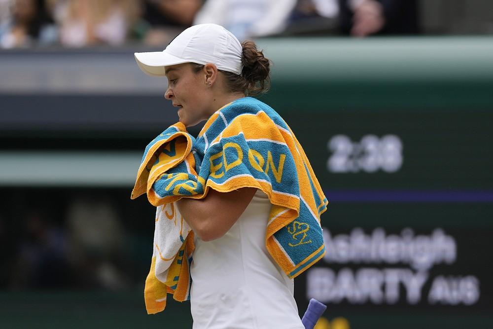 Die Australierin Ashleigh Barty kehrt zu ihrem Stuhl zurück, nachdem sie ein Spiel gegen die Deutsche Angelique Kerber im Halbfinale des Dameneinzels am Tag 10 der Wimbledon Tennis Championships in London, Donnerstag, 8. Juli 2021, verloren hat (AP Photo/Kirsty Wigglesworth)