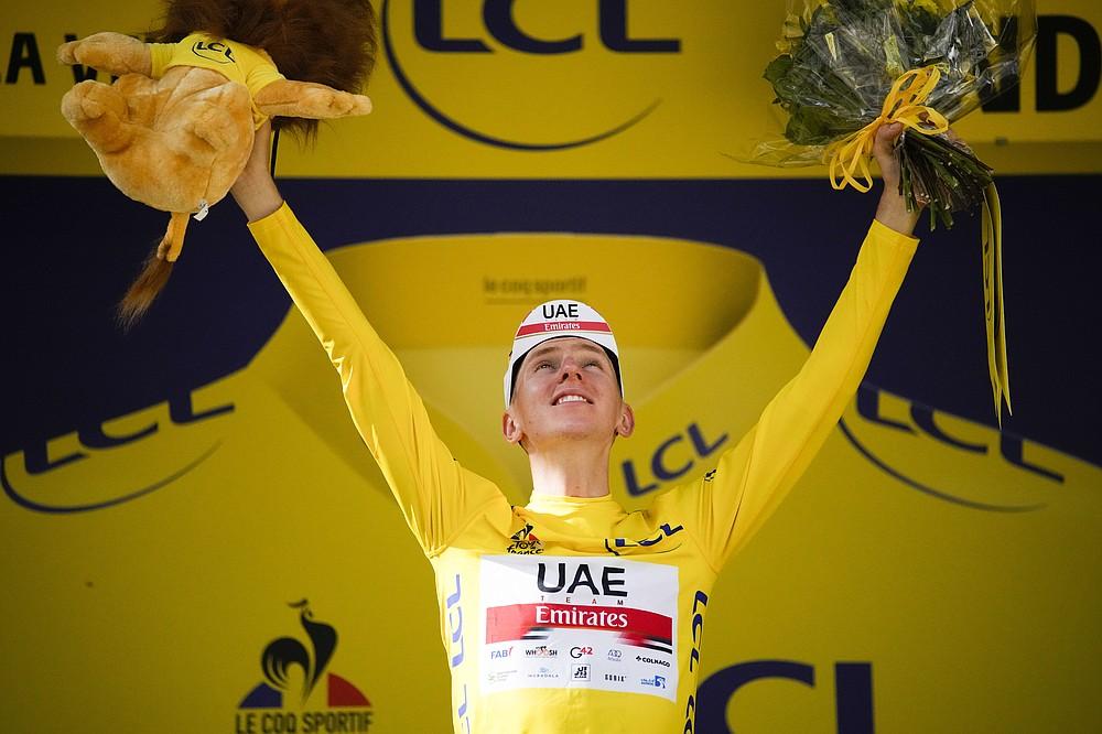 Le Slovène Tadej Bocaccer, vêtu du maillot jaune de leader du classement général, célèbre sur scène après la quinzième étape du Tour de France cycliste, au départ de 1900,3 km (118,9 miles) de Cerret à Andorre-la-Vieille, Andorre, le dimanche 11 juillet 2021 / Photo. Eena)