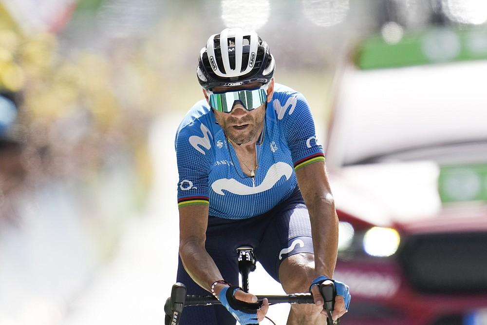 L'Espagnol Alejandro Valverde a franchi la ligne d'arrivée à 191,3 kilomètres (118,9 miles) lors de la quinzième étape du Tour de France cycliste, partant de Cordoue et se terminant le dimanche 11 juillet 2021 à Andorre-la-Vieille, Andorre.  (AP Photo / Christophe Ena)
