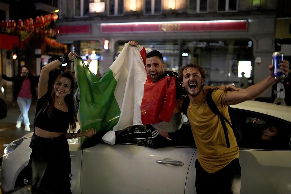 I tifosi italiani hanno festeggiato nel centro di Londra, nelle prime ore di lunedì 12 luglio 2021, dopo che l'Italia ha vinto la partita finale degli Europei di calcio 2020 tra Inghilterra e Italia allo stadio di Wembley.  L'Italia ha battuto l'Inghilterra 3-2 ai rigori dopo l'1-1.  (Associated Press/Matt Dunham)