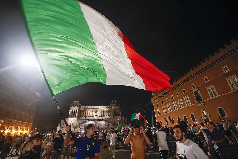 I tifosi italiani festeggiano a Roma, lunedì 12 luglio 2021, dopo che l'Italia ha battuto l'Inghilterra per vincere Euro 2020 nella finale allo stadio di Wembley a Londra.  L'Italia ha battuto l'Inghilterra 3-2 ai rigori dopo l'1-1.  (Foto AP/Riccardo De Luca)
