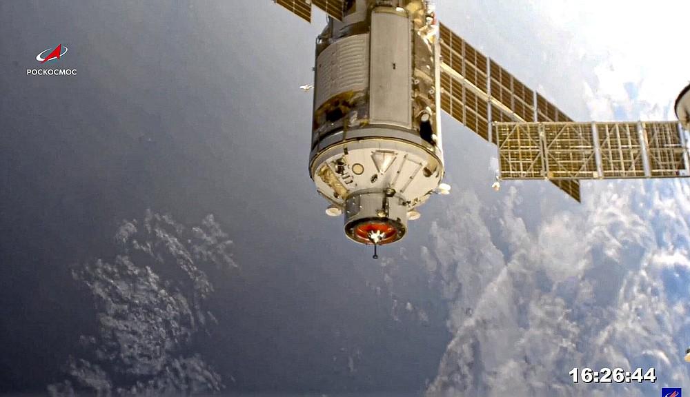 На этом изображении, предоставленном Космической прессой Роскосмоса, модуль «Наука» виден перед стыковкой с Международной космической станцией в четверг, 29 июля 2021 года. Долгожданный российский лабораторный модуль был успешно стыкован с Международной космической станцией в четверг, восемь дней спустя. его запуск с космодрома Русский в Байконуре, Казахстан.  20-тонная (22-тонная) установка