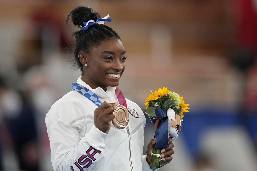 Американская гимнастка Симона Байлз позирует со своей бронзовой медалью на бревне среди женщин по спортивной гимнастике на летних Олимпийских играх 2020 года во вторник, 3 августа 2021 года, в Токио, Япония.  (AP Photo / Наташа Писаренко)
