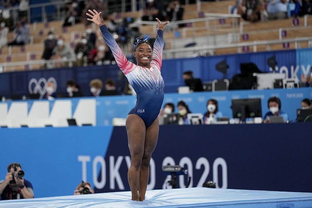 Американка Симона Байлз финиширует на бревне во время финала женской органной гимнастики на летних Олимпийских играх 2020 года во вторник, 3 августа 2021 года, в Токио, Япония.  (AP Photo / Эшли Лэндис)