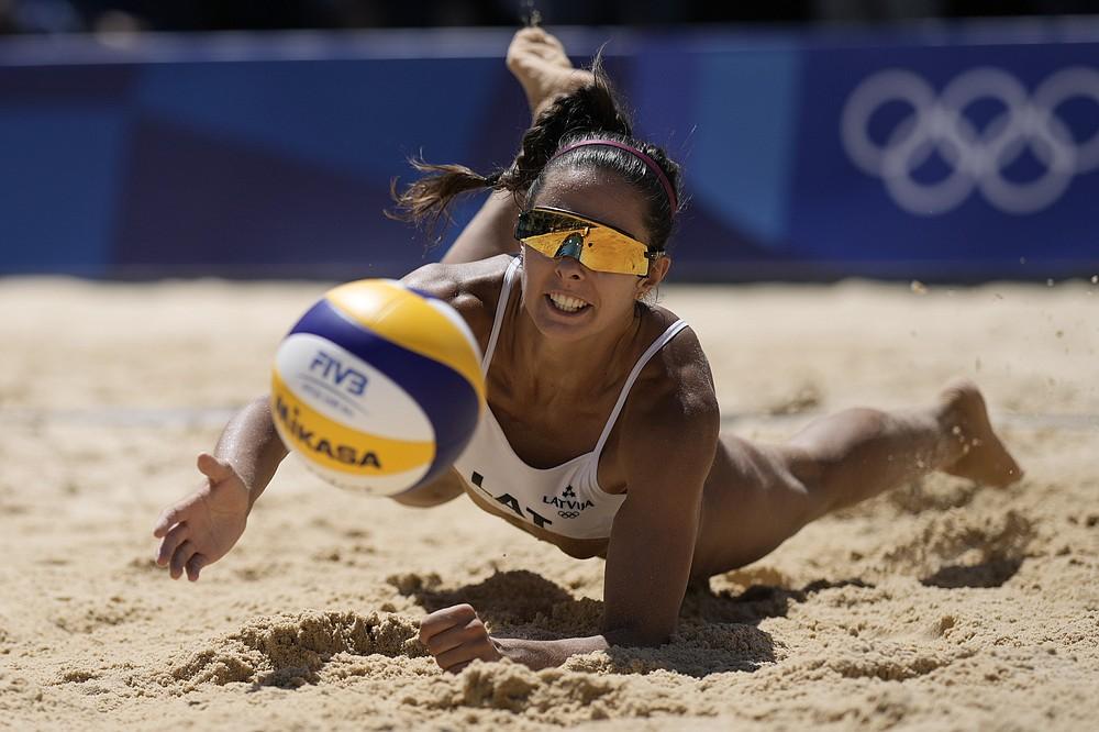 Latvijas Anastasija Kravčinuka, piektdien, 2021. gada 6. augustā, Japānā, piektdien, 2021. gada 6. augustā, pludmales volejbola sieviešu bronzas mačā pret Šveici 2020. gada vasaras olimpiskajās spēlēs ienirst pēc bumbas.  (AP Foto/Felipe Dana)