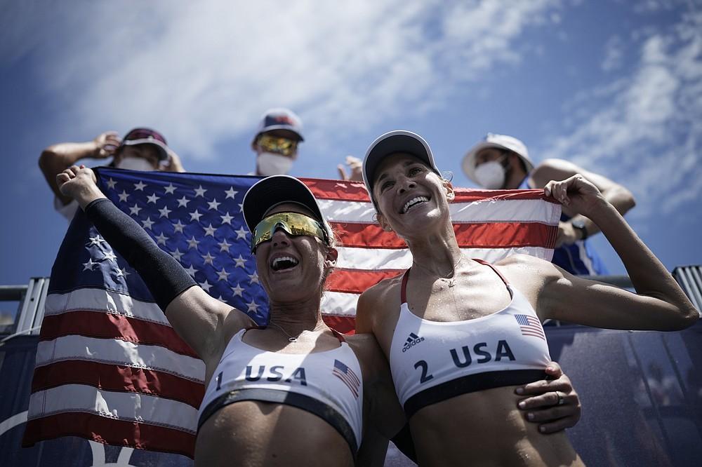 Piektdien, 2021. gada Tokijā, Japānā, 2020. gada vasaras olimpiskajās spēlēs piektdien, 2021. gadā, aprīlī Ross no ASV un komandas biedrs Alekss Kleinmens svin uzvaru sieviešu pludmales volejbola zelta medaļas spēlē pret Austrāliju 2020. gada vasaras olimpiskajās spēlēs.  (AP Foto/Felipe Dana)