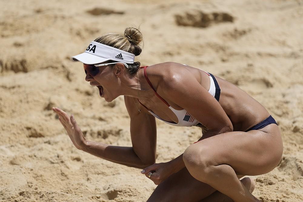Piektdien, 2021. gada 6. augustā, Tokijā, Japānā, amerikānis Alekss Kleinmens svin uzvaru sieviešu pludmales volejbola zelta medaļas spēlē 2020. gada vasaras olimpiskajās spēlēs pret Austrāliju.  (AP foto/ Petros Giannakouris)