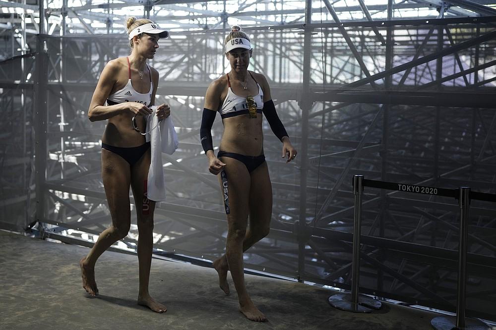 ASV aprīlis Ross, pa labi, un komandas biedrs Alekss Kleinmens gatavojas sieviešu pludmales volejbola zelta medaļu spēlei pret Austrāliju 2020. gada vasaras olimpiskajās spēlēs, piektdien, 2021. gada 6. augustā, Tokijā, Japānā.  (AP Foto/Felipe Dana)