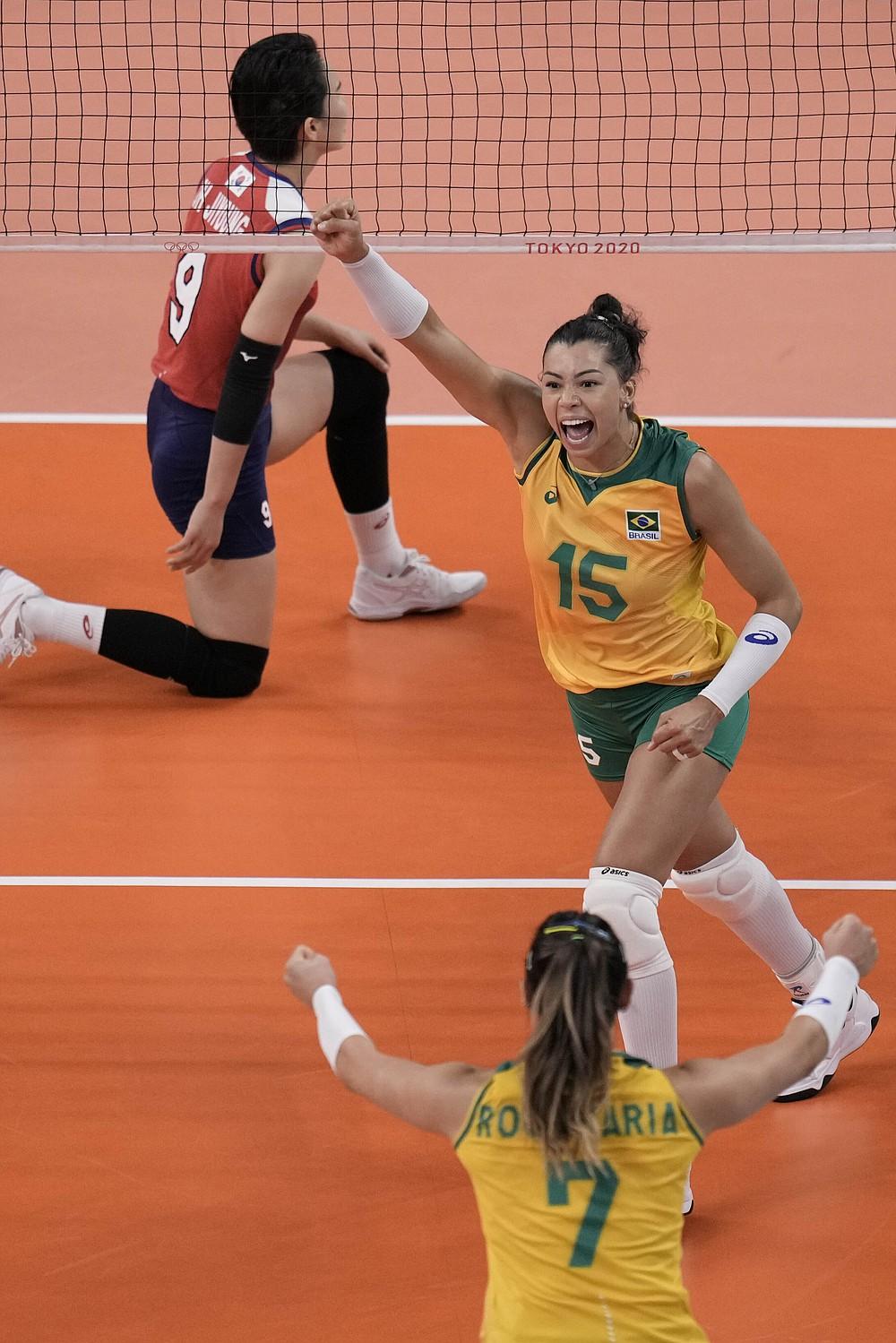 На Летњим олимпијским играма 2020. бразилске играчице прославиле су бодовну победу у полуфиналу одбојкашица између Бразила и Јужне Кореје у петак, 6. августа 2021. године у Токију у Јапану.  (АБ Пхото / Петитион Фернандес)