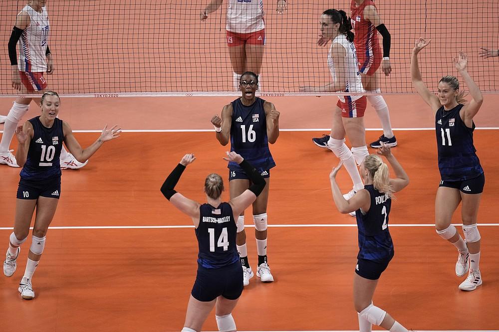 Америчке атлетичарке прослављају бодовну победу у полуфиналу одбојкашица између Србије и Сједињених Држава на Летњим олимпијским играма 2020. (АБ Пхото / Ману Фернандез)