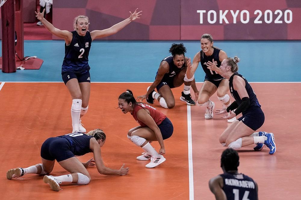 Амерички спортисти славе након победе у полуфиналу одбојкашица између Србије и Сједињених Држава на Летњим олимпијским играма 2020. у петак, 6. августа 2021. године у Токију у Јапану.  (АБ Пхото / Петитион Фернандес)