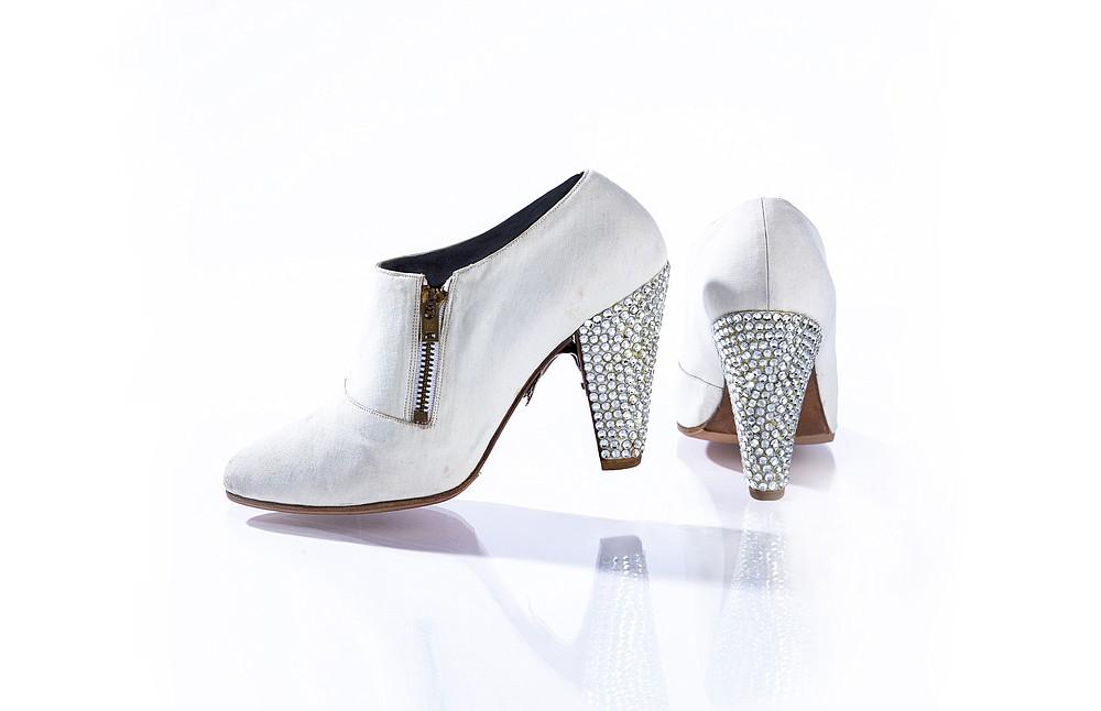 Sur une photo non datée de John Wagner Photography, des talons sertis de pierres précieuses portés par Prince lors de sa cérémonie d'intronisation au Rock &  Roll Hall of Fame en 2004. Les chaussures sont exposées à Paisley Park dans le cadre de
