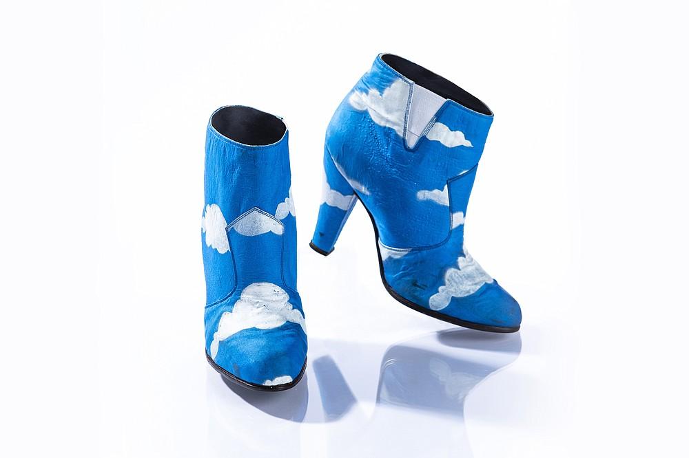 Dans une photo non datée de John Wagner Photography, des bottes portées par Prince dans le &# x201c;Raspberry Beret&# x201d ;  clip vidéo en 1985. Les chaussures sont exposées à Paisley Park dans le cadre de