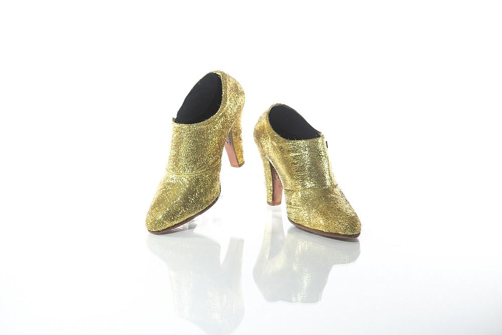 Dans une photo non datée de Tony Sylvers, des bottes métalliques dorées portées par Prince lors de son 2010-2011 &# x201c;Welcome 2 America&# x201d;  visiter.  Les chaussures sont exposées à Paisley Park dans le cadre de
