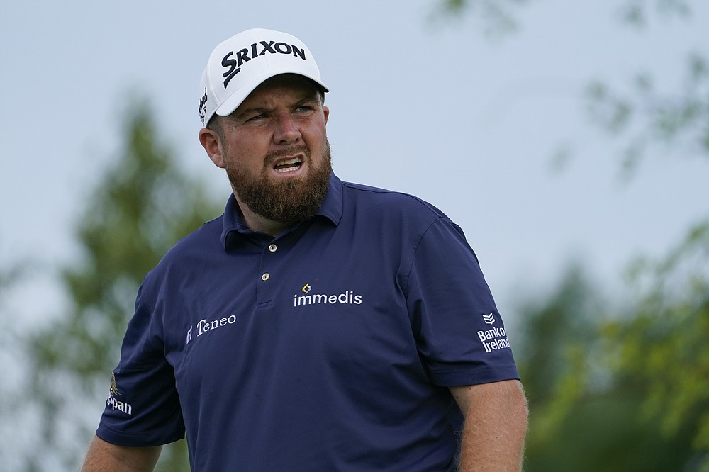 Shane Lowry of Ireland watches his shot from the fourth tee in the second round of the Northern Trust Golf Tournament on Friday August 20, 2021 at Liberty National Golf Course in Jersey City, NJ (AP Photo / John Minchillo)