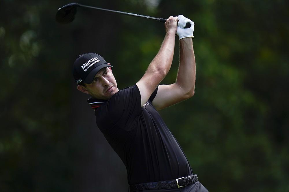 Patrick Cantlay aterriza en el quinto hoyo en la tercera ronda del Torneo de Golf BMW Championship el sábado 28 de agosto de 2021 en Caves Valley Golf Club en Owings Mills, Maryland (AP Photo / Julio Cortez)