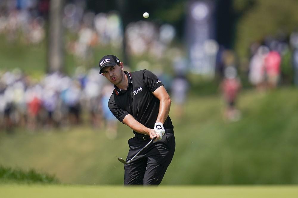 Patrick Cantlay juega en el cuarto green en la tercera ronda del BMW Championship Golf Tournament, el sábado 28 de agosto de 2021, en Caves Valley Golf Club en Owings Mills, Maryland (AP Photo / Julio Cortez)