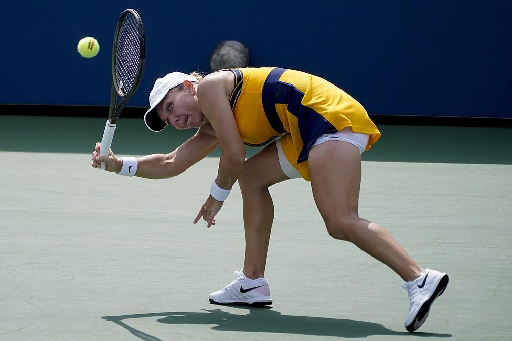 Simona Halep, româncă, îi întoarce o lovitură italienei Camila Giorgi, în timpul primei runde a turneului de tenis al US Open, luni, 30 august 2021, la New York.  (Foto AP / John Minchillo)