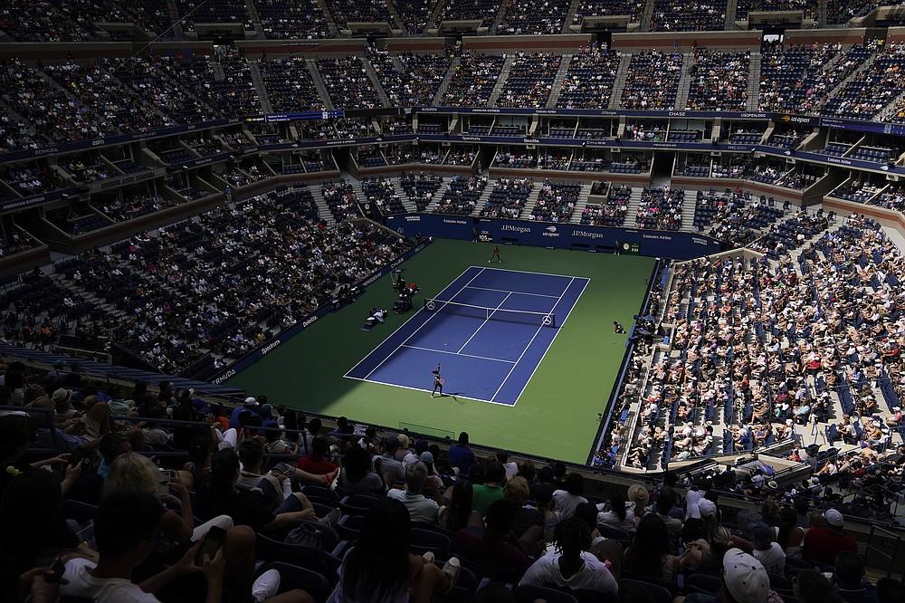Statele Unite Sloane Stephens servește Madison Keys, Statele Unite, în timpul primei runde a turneului de tenis al US Open, luni, 30 august 2021, la New York.  (AP Photo / Seth Wenig)