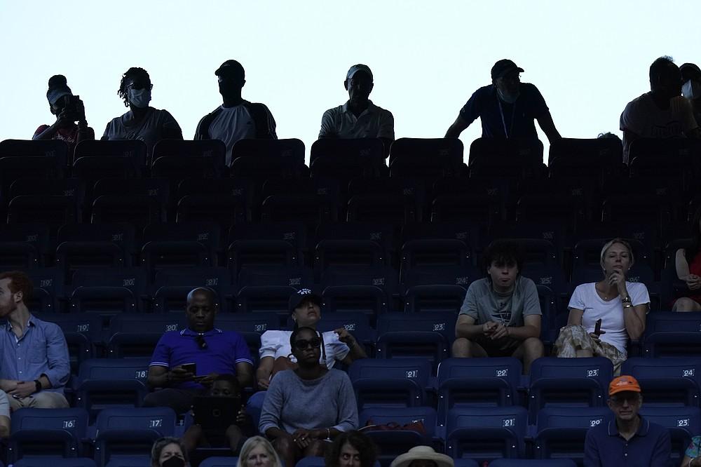 Fanii urmăresc un joc pe Stadionul Louis Armstrong în timpul primei runde a US Open, luni, 30 august 2021, la New York.  (Foto AP / Frank Franklin II)