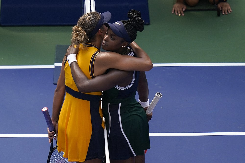 Sloane Stephens, din Statele Unite, dreapta, o îmbrățișează pe Madison Keys, din Statele Unite, după ce a câștigat primul său meci de la US Open, luni, 30 august 2021, la New York.  (AP Photo / Seth Wenig)