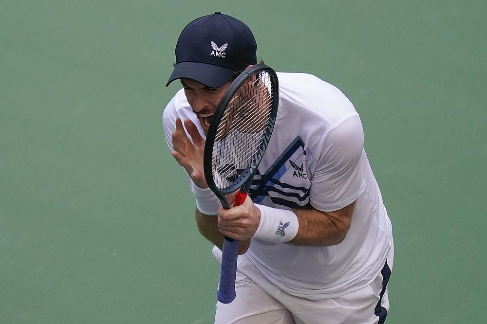 Andy Murray, din Marea Britanie, reacționează după ce a pierdut un punct în fața grecului Stefanos Tsitsipas, în timpul primei runde a US Open, luni, 30 august 2021, la New York.  (AP Photo / Seth Wenig)