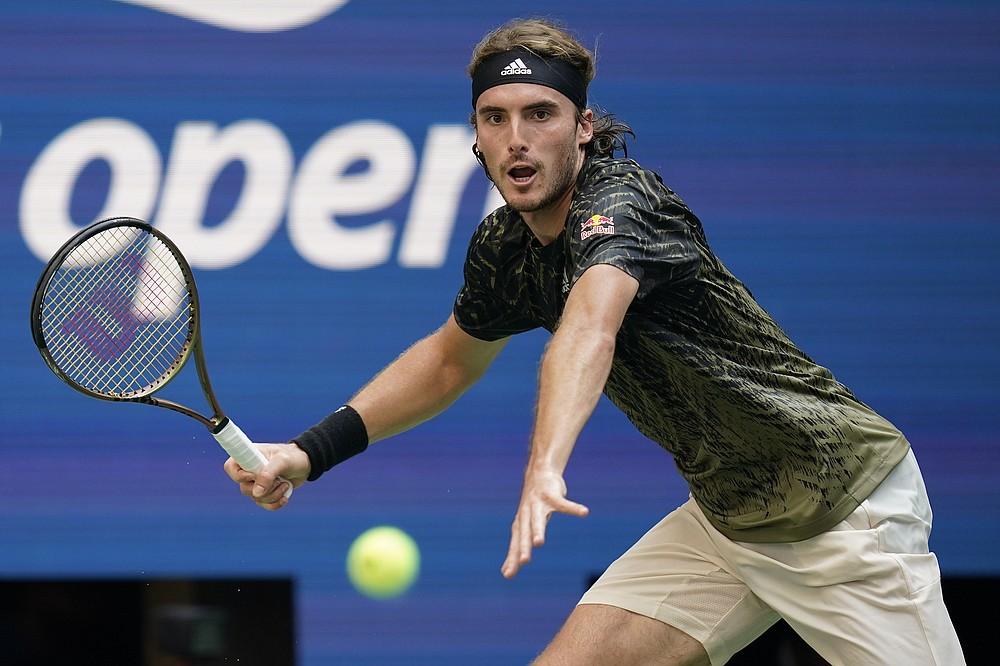Stefanos Tsitsipas, din Grecia, îi returnează lui Andy Murray, din Marea Britanie, o lovitură în timpul primei runde a turneului de tenis al US Open, luni, 30 august 2021, la New York.  (AP Photo / Seth Wenig)