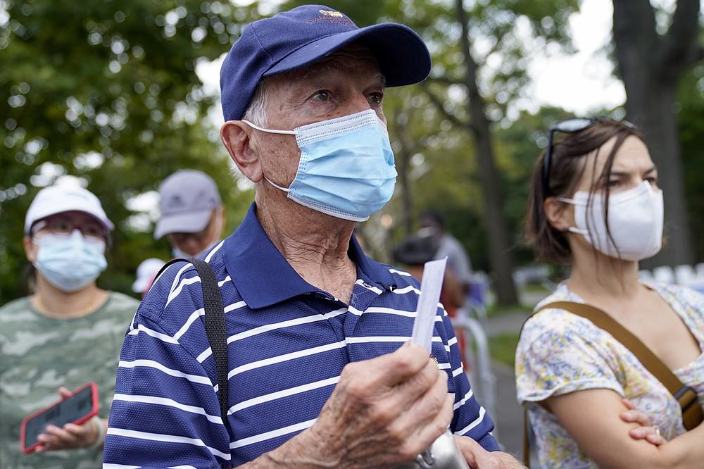 Fanii tenisului își arată dovada vaccinării biletelor de intrare pentru a participa la prima rundă a turneului US Open de tenis, luni, 30 august 2021, la New York.  (Foto AP / John Minchillo)