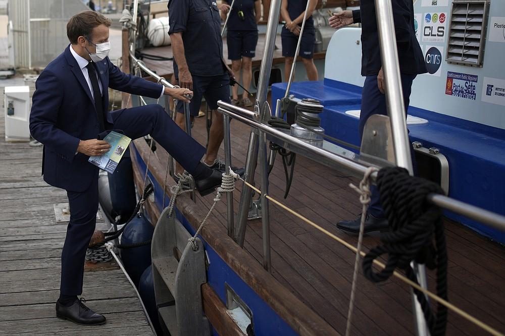 Le président français Emmanuel Macron à bord du bateau de croisière