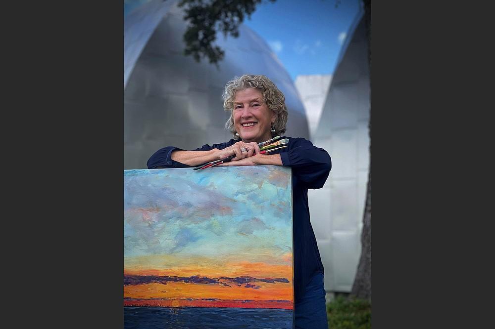 La paisajista Mary Louise Porter posa con su pintura